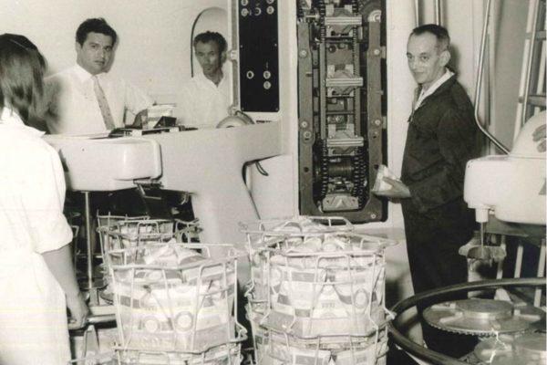 Τα Γαλακτοκομεία Χαραλαμπίδης πρωτοπορούν με τη νέα συσκευασία τύπου Gable Top -κλασική χάρτινη συσκευασία (1971).