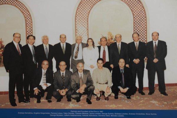 Οι συνέταιροι στην KPMG το 1997. Από αριστερά προς δεξιά οι Ανδρέας Δημητρίου, Άγγελος Γρηγοριάδης, Πανίκος Λοΐζου, Τάκης Κληρίδης, Θησέας Μεταξάς, Σύλβια Λοϊζίδη, Γιώργος Συρίμης, Ανδρέας Λοϊζίδης, Ανδρέας Χριστοφίδης, Νίκος Συρίμης, Γιώργος Νικολάου, Λευτέρης Χατζηζαχαρίας, Σοφοκλής Σοφοκλέους, Δημήτρης Βάκης και Μιχάλης Λοϊζίδης.